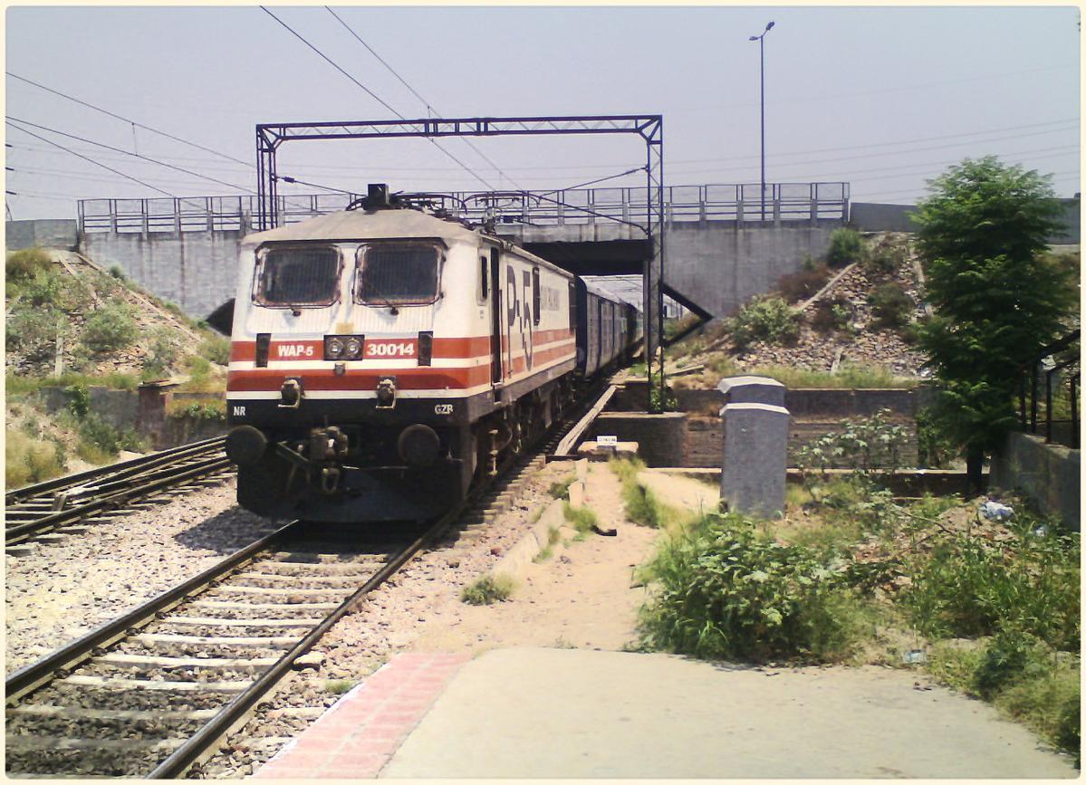 The 13483 Malda Town-Old Delhi Farakka Express via Faizabad Passing Through.