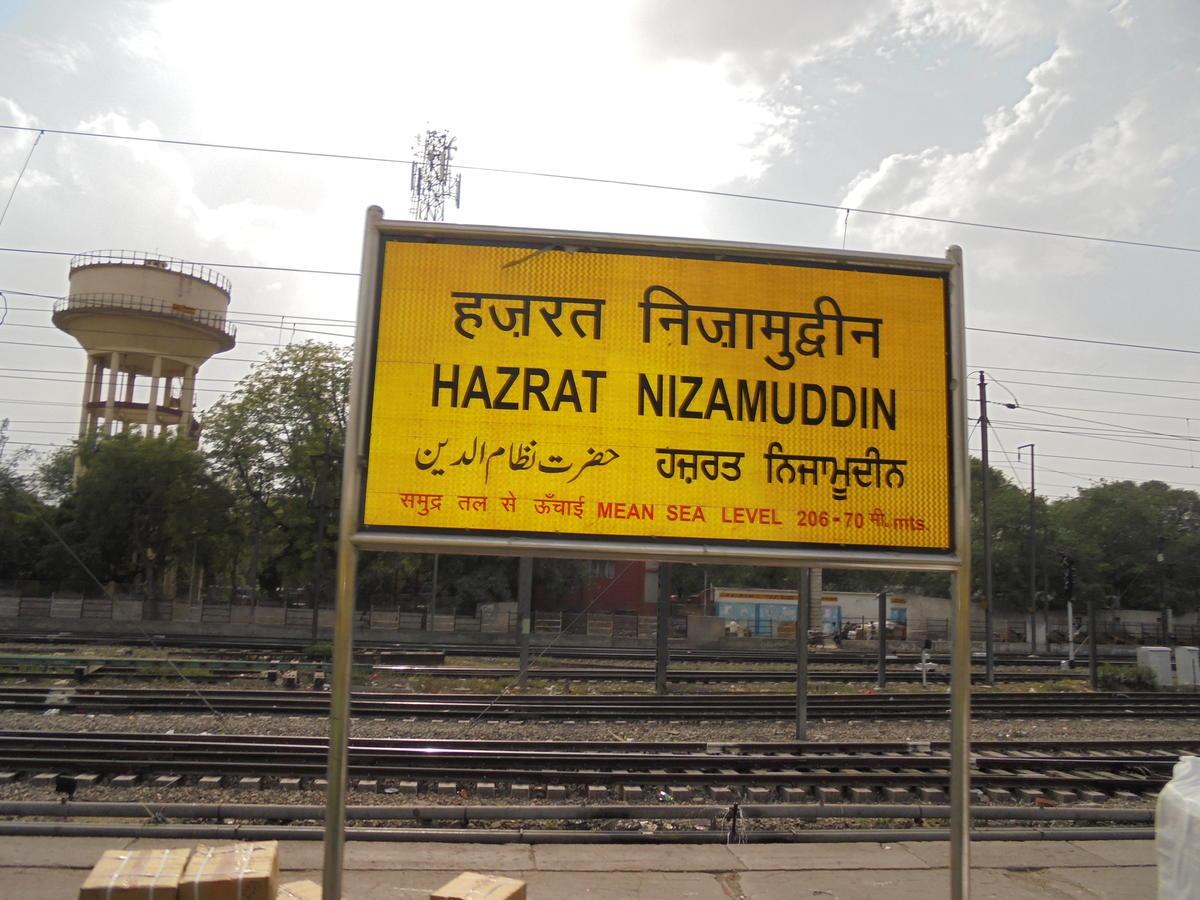 Hazrat nizamuddin railway station to new delhi railway station local trains