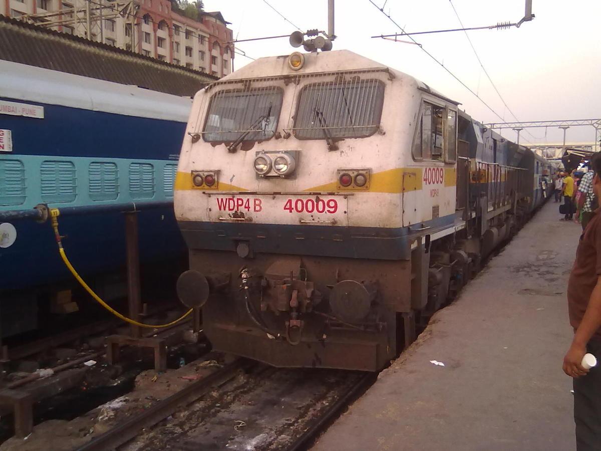 10 Mins late 16506 Bangalore - Gandhidham Express arriving on PF-3 at Pune  Junction behind UBL (Ex KJM) WDP-4B 40009.