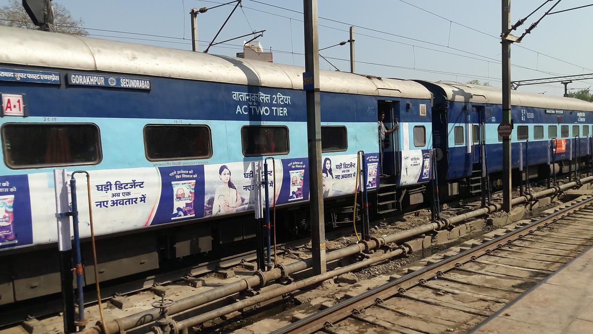 12590/Secunderabad - Gorakhpur SF Express (PT