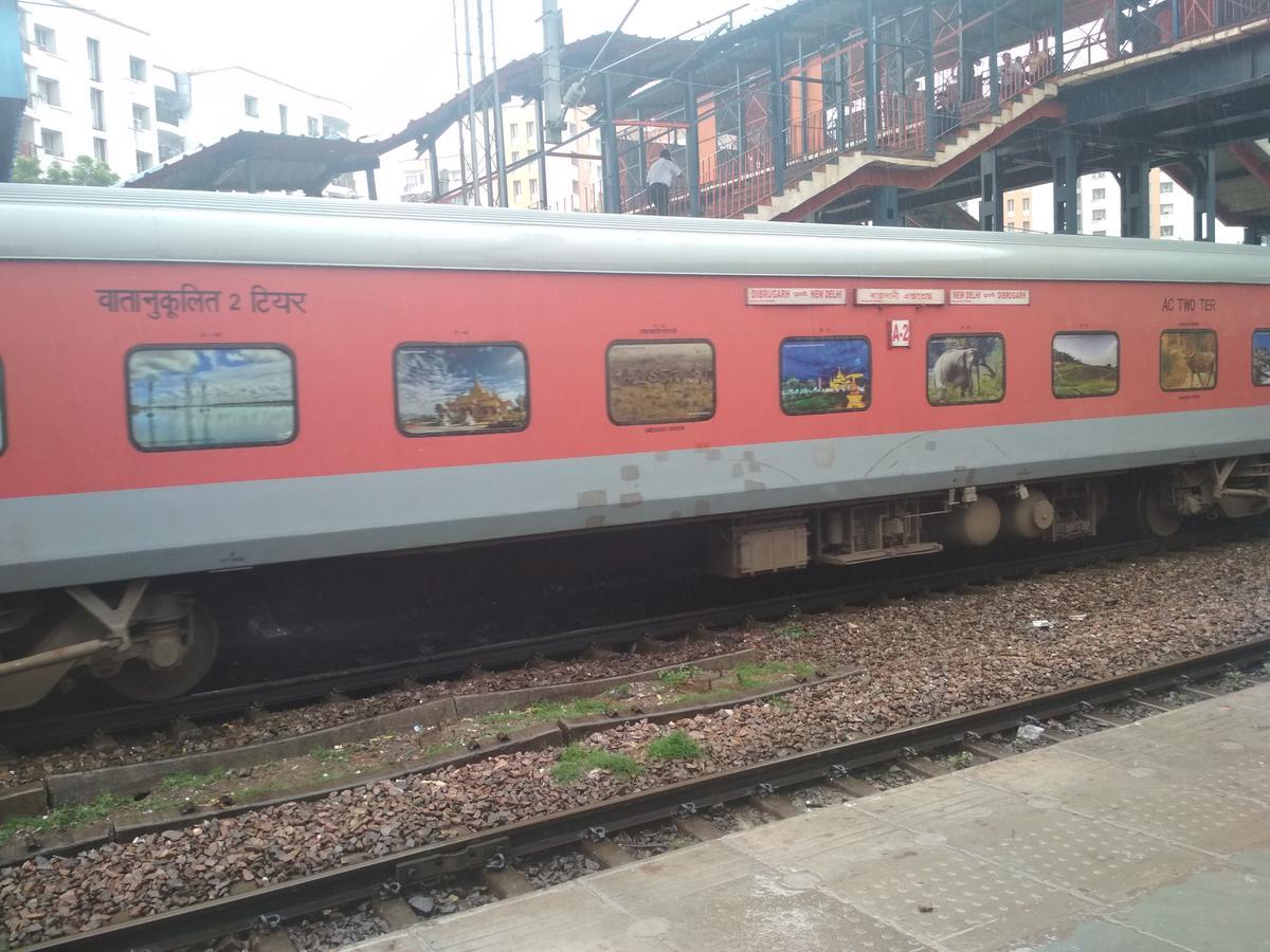 Anand Vihar to Ballia: 10 Trains, Shortest Distance: 879 km
