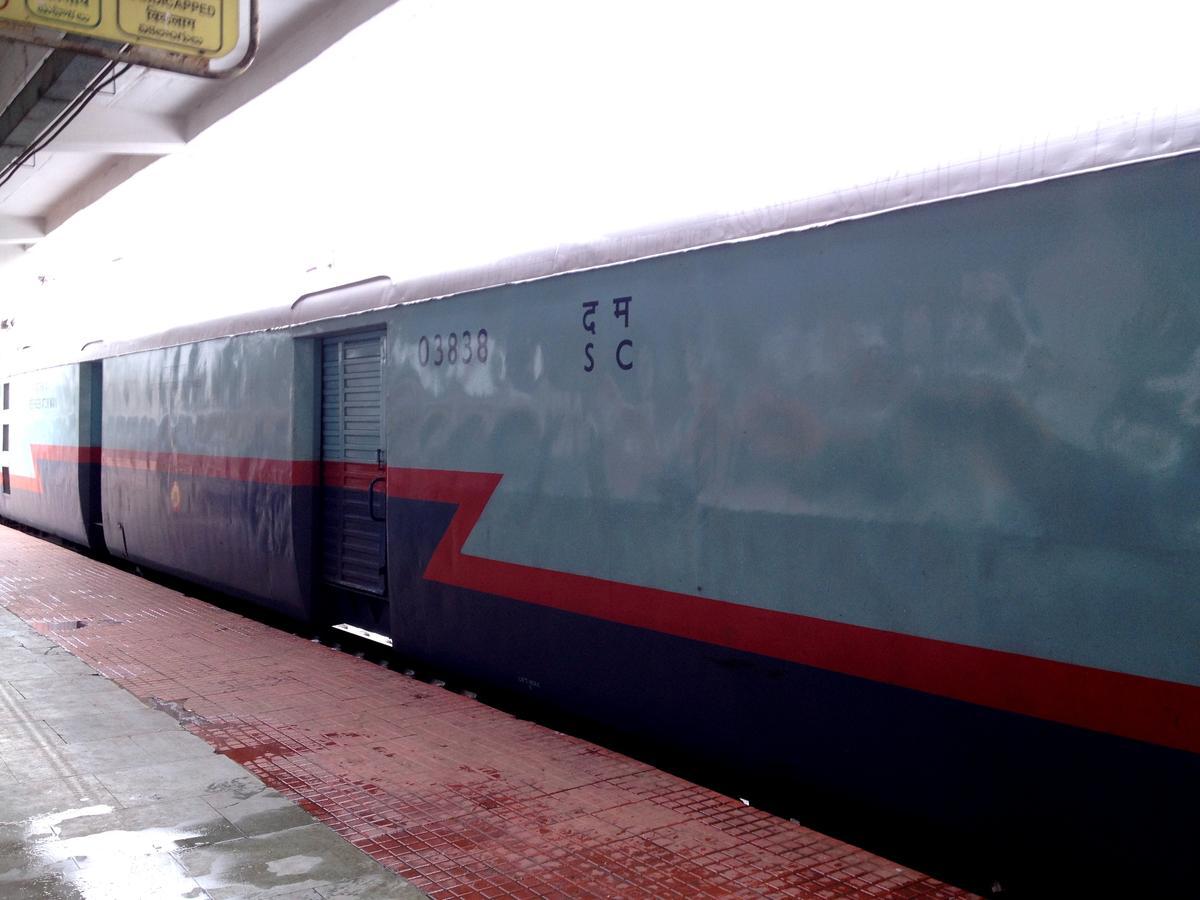 12591/Grkhpr Ysvntpr SC/Scndrbd Offlink Bonus!!! Itarsi's Workhorses WAP-4  22925 With 12591 Gorakhpur to Yesvantpur.