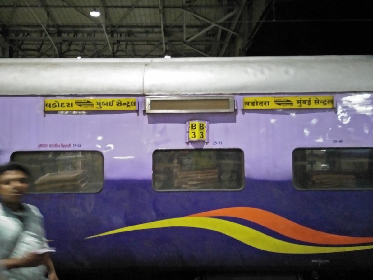 12927 Mumbai Central - Vadodara SF Express with a 3-Tier Mahamna.