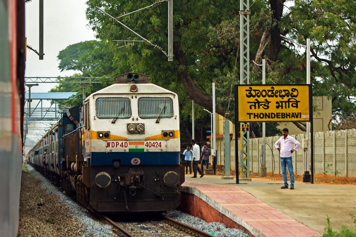 PUNE WDP-4D 40424 waiting at Thondebhavi with 12628 New Delhi -.