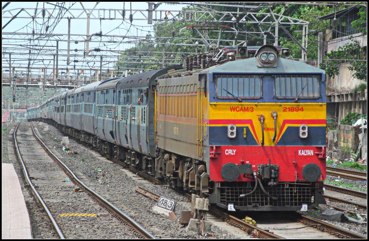 12142 Rajendranagar (Patna) - Mumbai LTT SF Express with Kalyan (KYN) WCAM3  21894 Crossing Dombivali :)