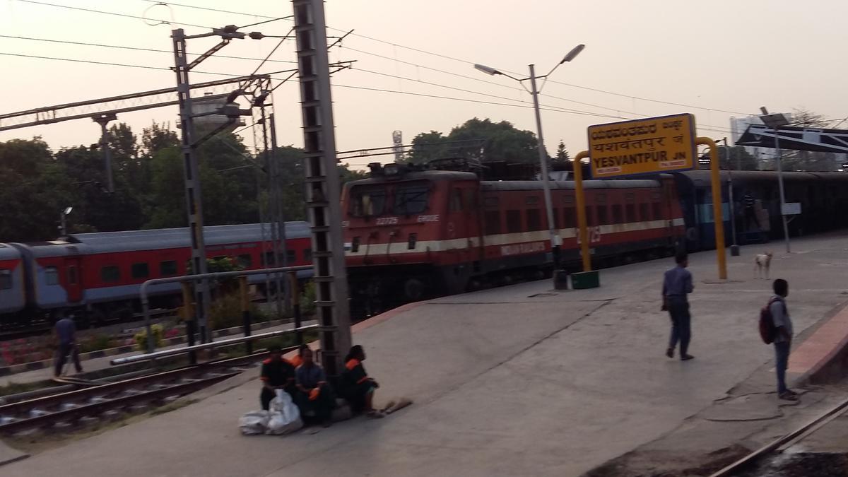 Erode ED WAP-4 /22725 With 12890 Yesvantpur - TataNagar Superfast Express (  Via-Tirupati ) On Standing PF No.4 YPR .