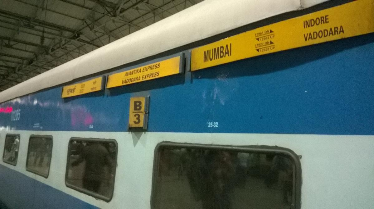 12927/Mmb Cntrl BCT/Mmb The train board along with Rake sharing details  with Avantika Express.