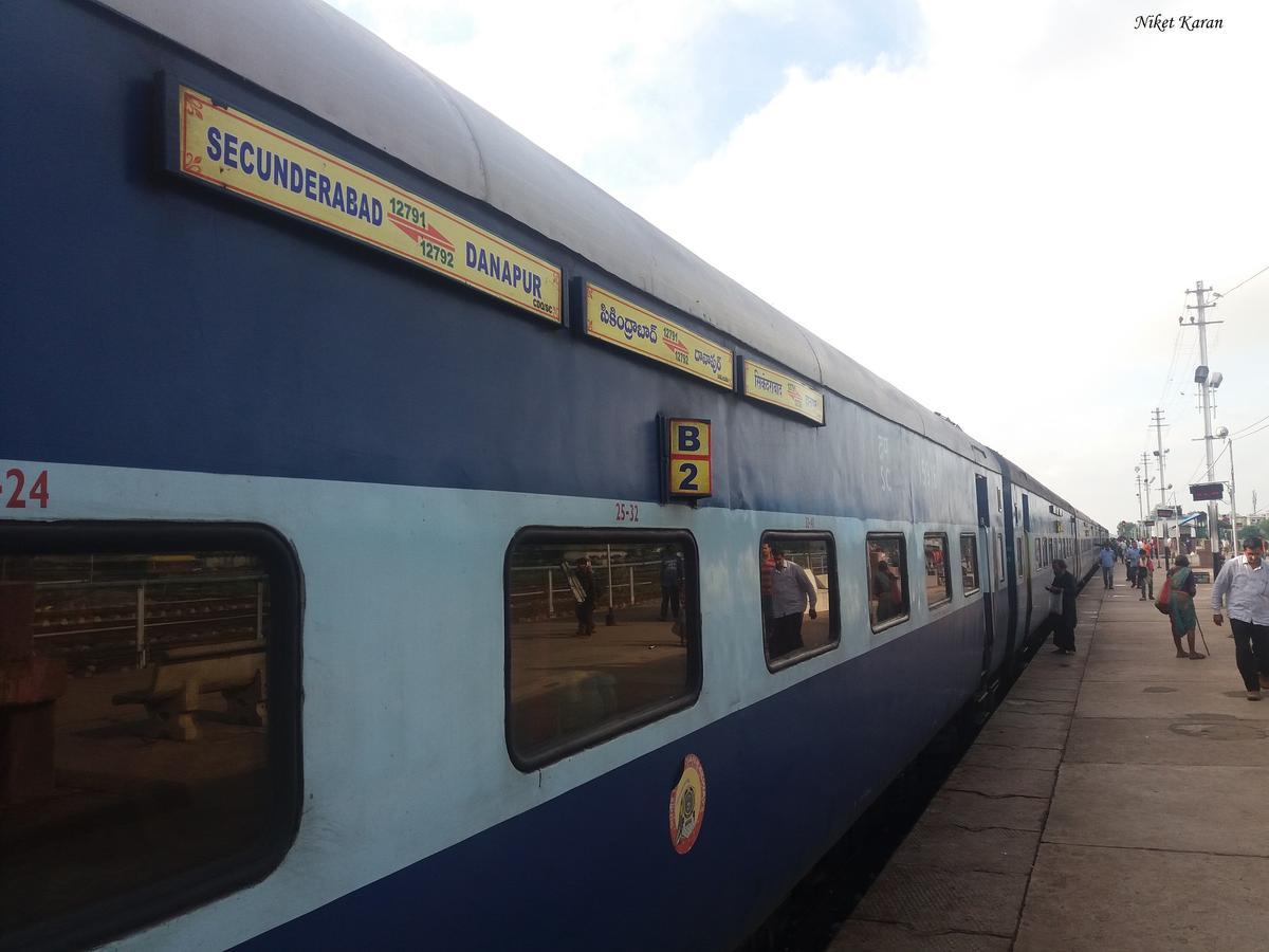 Danapur Secunderabad Sf Express Pt 12792 Train Running
