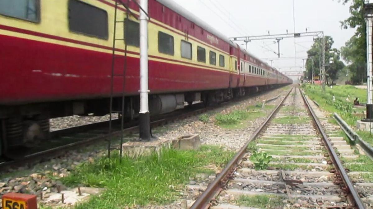 04403 train running status live